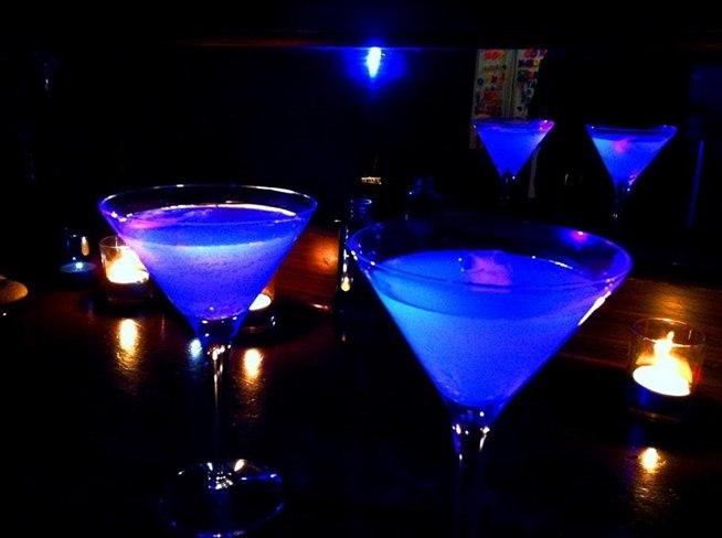 brighten-up-your-party-with-these-cool-glow-dark-cocktails.w654